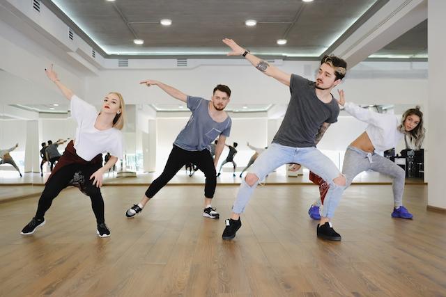 ダンスするグループ