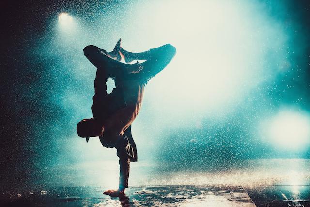 ダンスを踊る男性